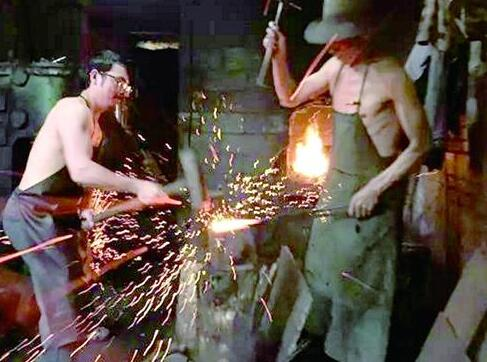 利川小夥放棄北漂回鄉當鐵匠 讓土家鐵器走出大山