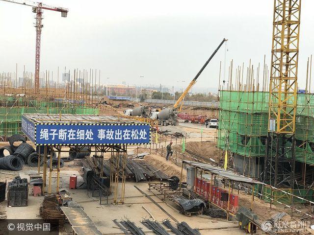 陝西榆林:在建工地塔吊倒塌 砸中數名工人