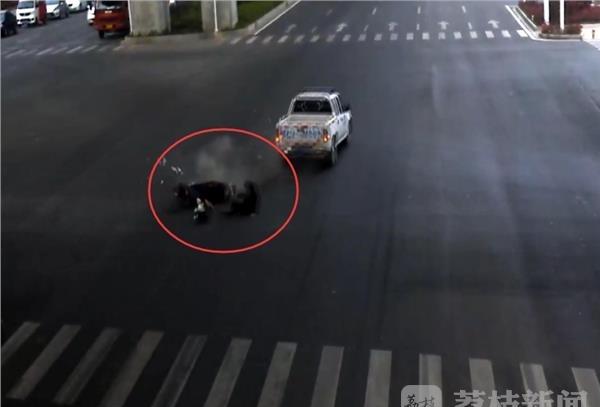 闯灯抢秒事故频发一组v事故触目惊心西瓜网址视频图片