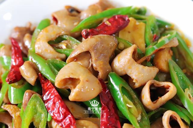 年夜饭上少肥肠这道得了青椒,脆韧Q弹好下v肥肠副食品图片