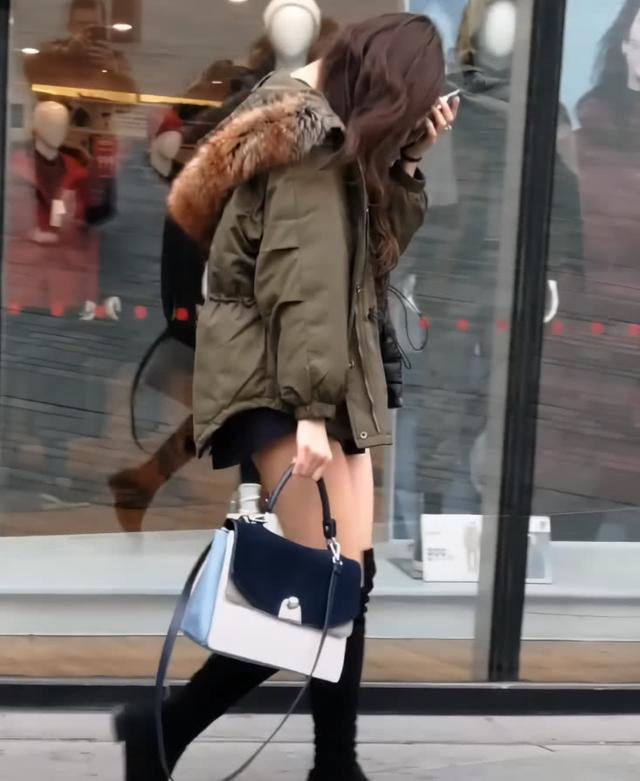 网友下半身只穿了双鞋,a网友走红抖音,图片:腿好衣妹子扒女生v网友图片
