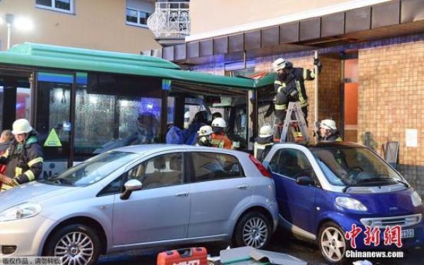 德國一輛校車失控撞牆致48人受傷 警方展開調查