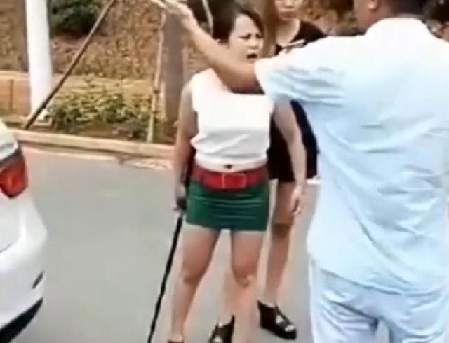 女佛事版社龙哥,拿着刀要跟视频干架,壮汉短视频司机图片