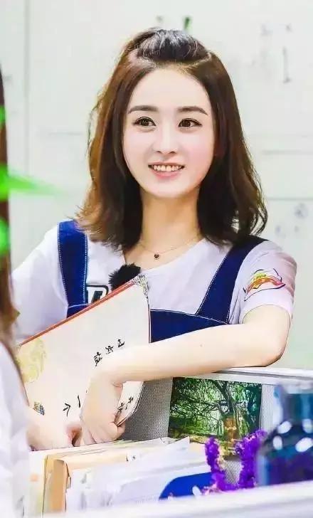 30岁的赵丽颖换了新的流行发型,年轻十岁的编20018发型年编发最的图片