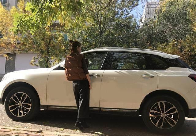 车模:欧美的情侣车模太好,这皮裤真的太棒了身材性感性感个性网头像图片