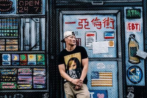 美國華裔說唱歌手等44人被捕:擅闖政府樓使用真槍拍MV