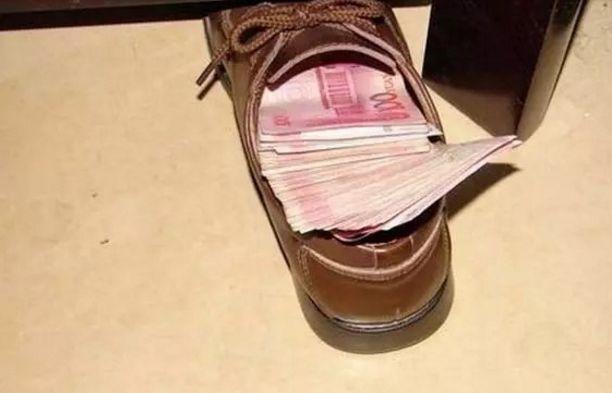 妻子发现丈夫在鞋里偷藏私房钱,顿时怒气冲冲