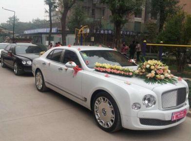 小伙为讨新娘欢心租宾利豪车结婚 结果一放鞭