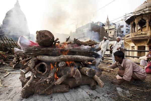 实拍:印度恒河岸边露天的火葬场,人们认为死亡
