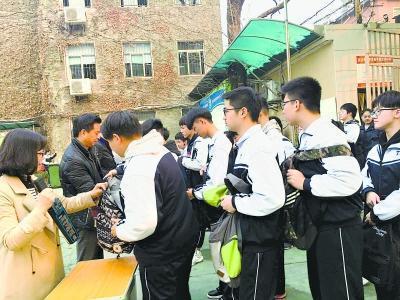 手機不進校 武漢一高中設「安檢門」幫學生戒手機癮