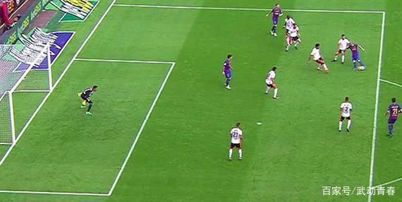 足球比赛中,阻挡门将视野是犯规吗?为什么?