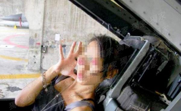 台灣辣妹被男友帶進F16軍機嘟嘴拍照,台軍臉氣綠