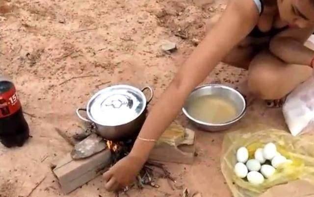 泰国美女野外制作美食,有没有很想吃~