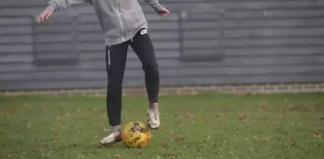 业余足球教学 | 两个拉球训练助你提升球感(动图
