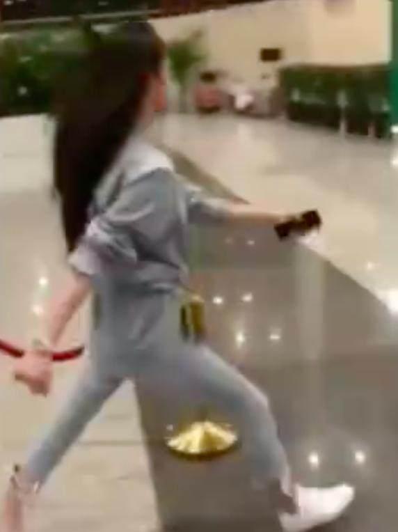 欧阳娜娜模仿刘诗诗走路,网友说她走的比诗诗
