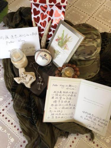 美僑界贈軍帽 悼念槍擊案中遇難的華裔小英雄