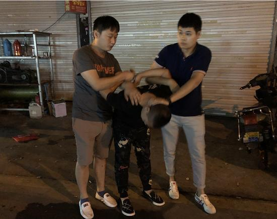 """32岁男子怂恿18岁哺乳期女友""""接客""""-中国传真"""