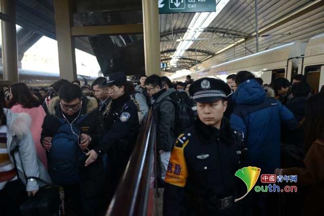 春運返程高峰 鐵警增派警力疏導出站客流