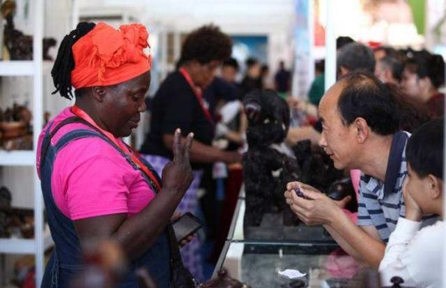 在非洲最穷乱的地方,中国人却摆地摊年赚百万