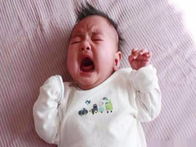 1岁宝宝半夜哭闹不止,多次检查不知原因,看完