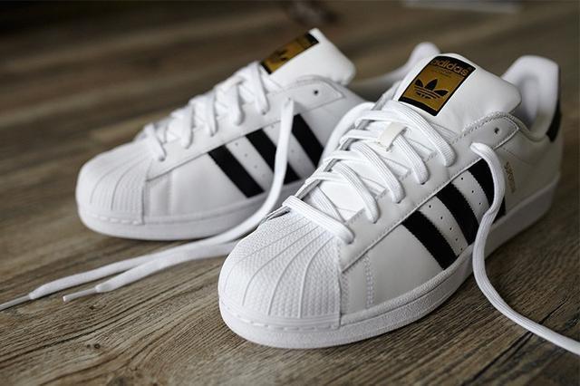 阿迪达斯三叶草小白鞋
