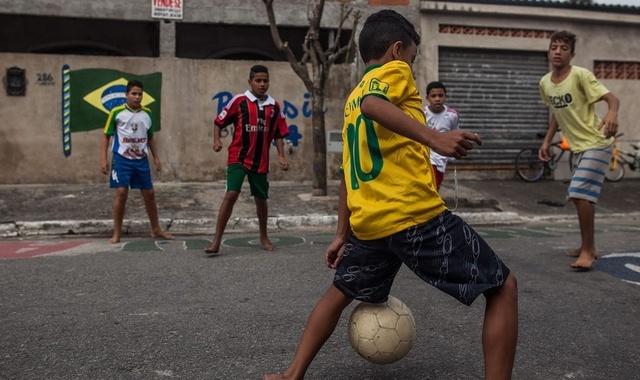 图看巴西贫民窟小孩踢足球:装备差又怎么样,照