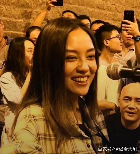 抖音惊现女版刘宇宁,依靠街头唱歌,惹众人围观