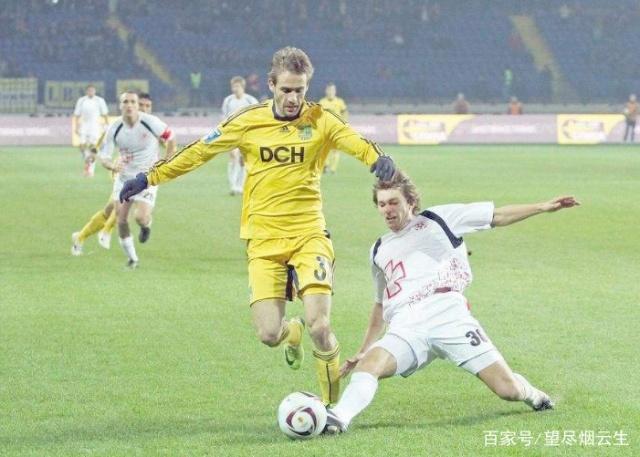 在用脚背内侧踢球时,不仅可以踢定位球,同时也