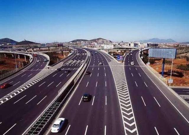 我国第一条高速公路,连接东北两大城市,被誉为