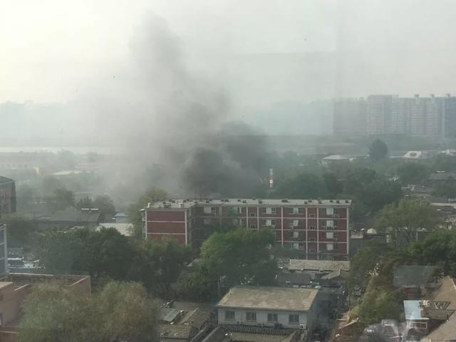 苏州胡同62号的一座建筑物起火