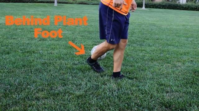 足球过人教学:拉球脚后跟摆脱教学(动图演示)