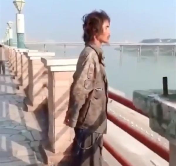 """""""流浪帝""""疑似身价百亿的鑫辉集团董事长?被妻子设局骗走一切后,浪迹天涯-福利视频"""
