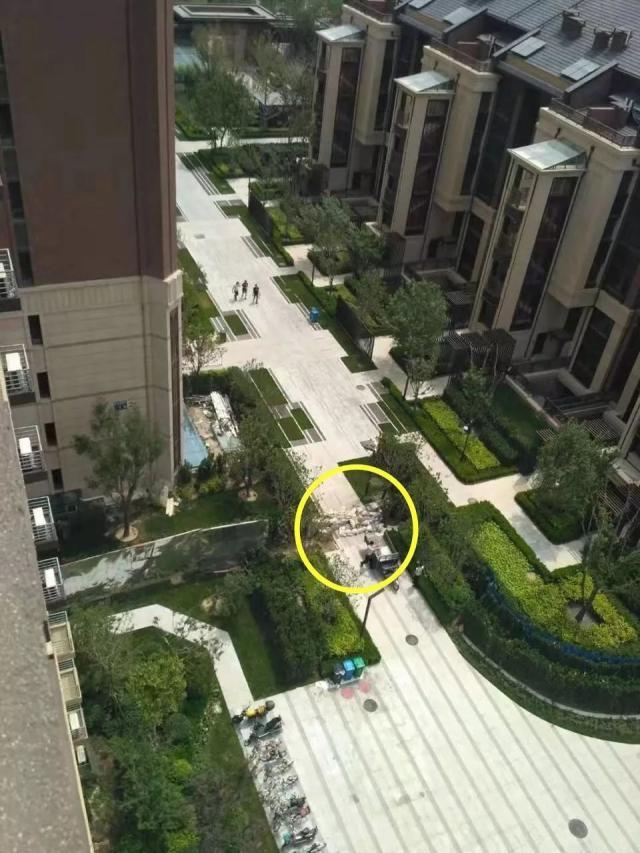 """北京这小区一分为二,建筑垃圾堆起""""隔离墙"""","""