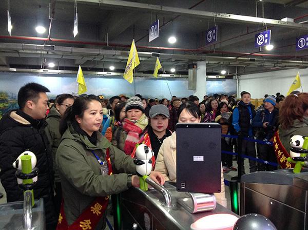 半日已有767名遊客進九寨溝景區,人人都像在「包車遊覽」