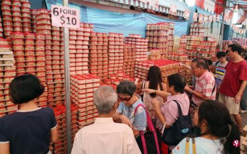 新媒:新加坡唐人街「血拚」年貨 商家甩賣清庫存