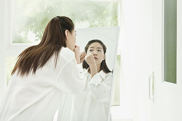 为啥女生都喜欢照镜子?除了爱美还有你不知道