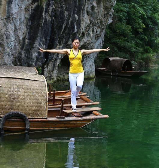 野外练习瑜伽放松功 呼吸新鲜空气帮你放松压