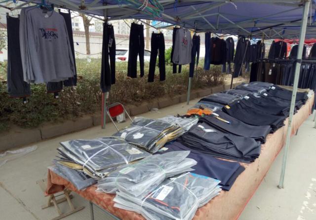 农村集市上卖不上价的衣服,只有走量才能赚钱