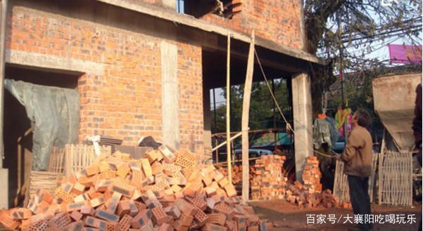 在农村建房过程中,盖房工人意外受伤,应该由谁