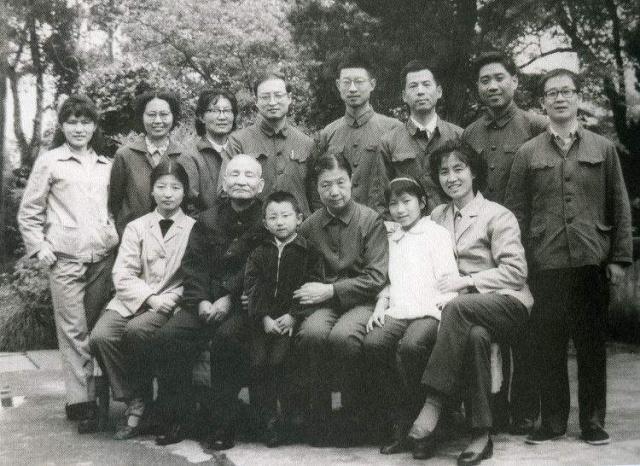 她被誉为中国最美公主,父亲是副国级干部,爷爷