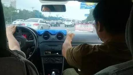 驾校学员练科二跟教练抢踩刹车,撞倒路边女学
