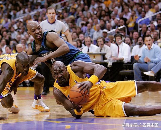 篮球比赛中,作为一个优秀的前锋,应该注意哪些